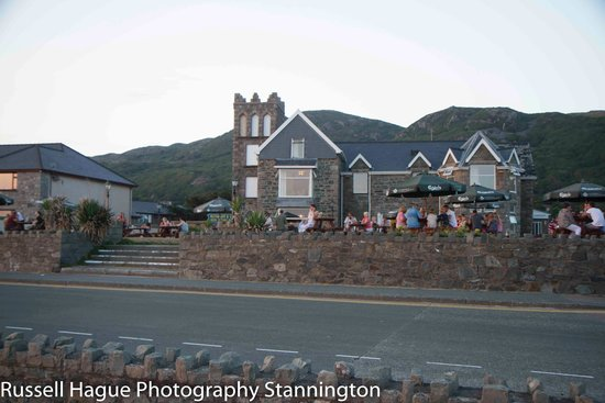 Min-y-mor Hotel : Front of the hotel overlooks the beach