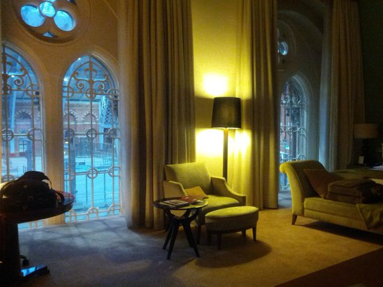 St. Pancras Renaissance Hotel London : (extra special) station view room