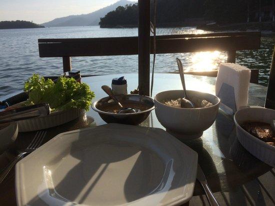 Angra Beach Hotel : Repas sur la plage privée