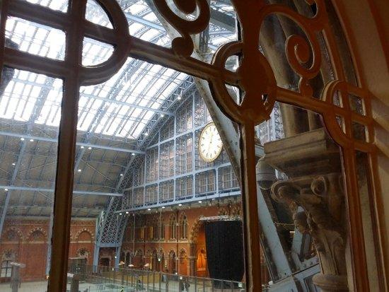 St. Pancras Renaissance Hotel London : stnning vista from station view room