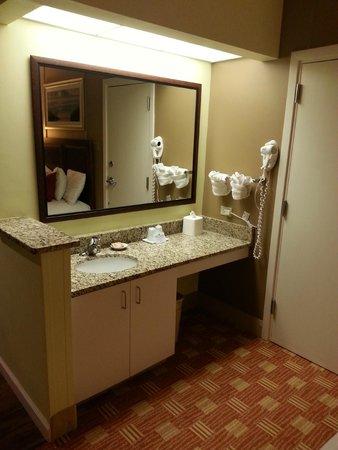 DoubleTree Resort by Hilton Myrtle Beach Oceanfront: Vanity area