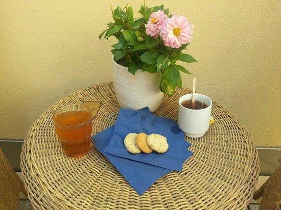 Mayfair Hotel Tunneln: Café y té en la terraza acompañado por deliciosas galletas