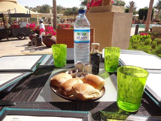 Qasr Al Sarab Desert Resort by Anantara: Restaurant piscine