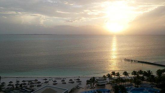 Hotel Riu Caribe: Vista do sol nascendo.