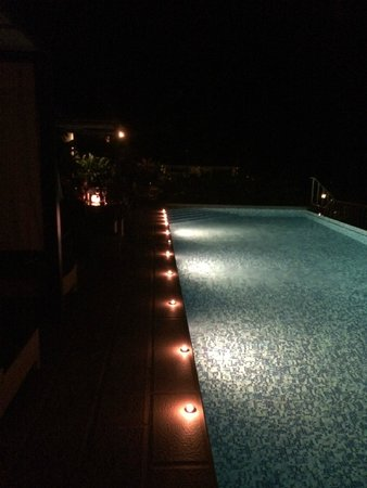 Hotel Bocas del Mar: the pool surounded with candles