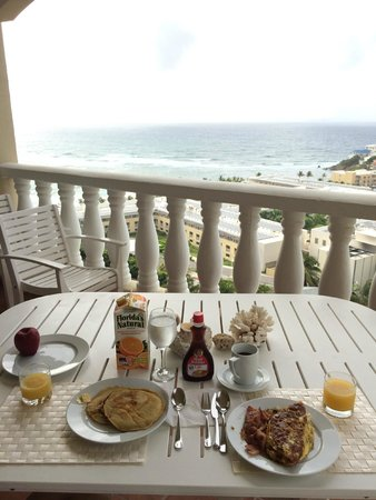Princess Heights Hotel: Home cooked breakfast on balcony