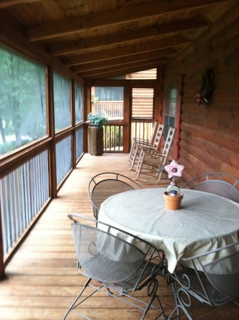 Four Seasons Cottages & Cabins : Lots of space on the wrap around porch