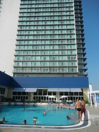Tryp Habana Libre: Vista del hotel desde la piscina