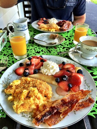 1898 Red Bud Bed & Breakfast: delicious breakfast on the front porch