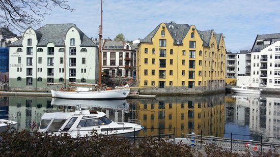 Hotel Brosundet, an Ascend Hotel Collection Member: Brosundet, med Clarion Collection Hotel Bryggen i gult.