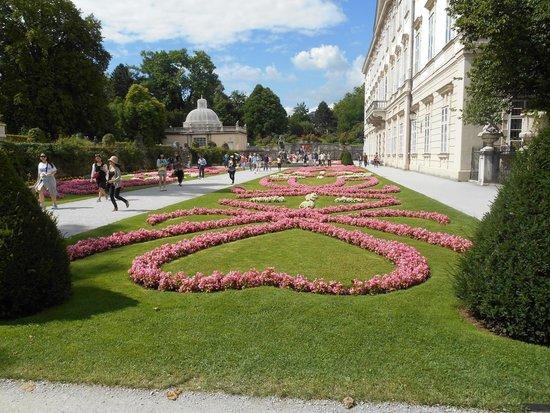 AllYouNeed Hotel Salzburg: Il giardino di Palazzo Mirabell, un tripudio di fiori.