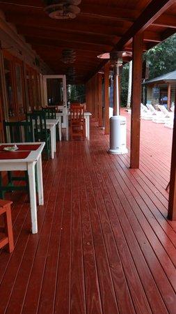 La Cantera Jungle Lodge: zona de galería y restauran por la noche