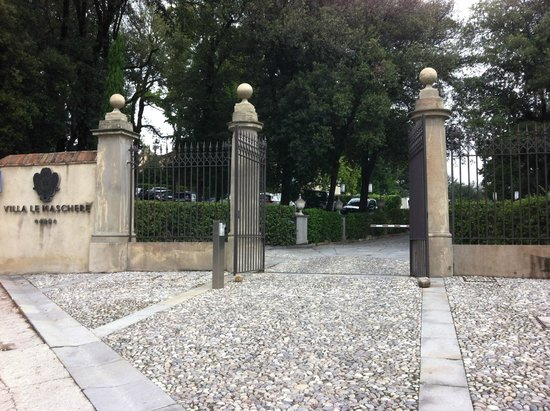 Villa Le Maschere: Le portail d'entrée sur la Via Nazionale