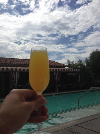 Colony Palms Hotel: Cheers poolside!