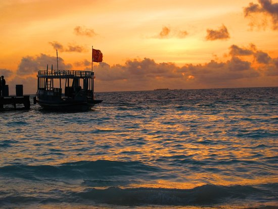 Velidhu Island Resort: sunset by dive centre
