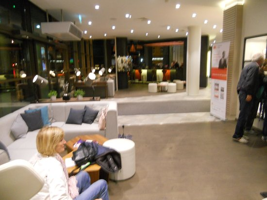 Holiday Inn Vilnius: hall grande ed accogliente