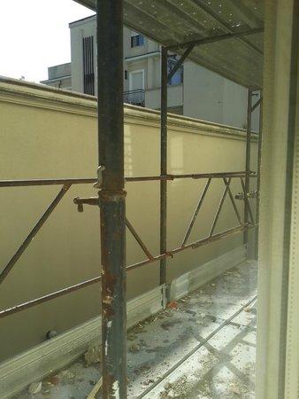 Hotel Vannucci: вид из окна на строительные леса и мусор