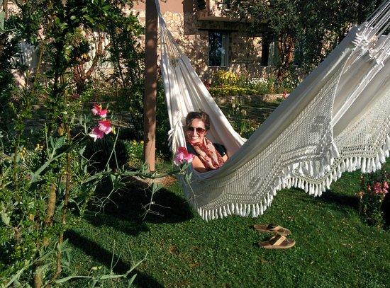 Isla Suasi Hotel: Hammock in garden