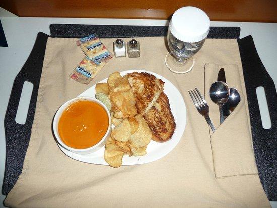 Hilton Albany: Room service - soup & sandwich