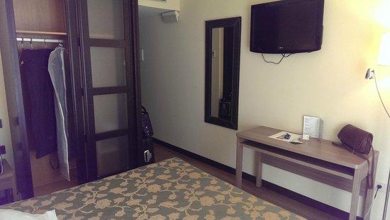 Hotel Centro Los Braseros: pasillo y armario