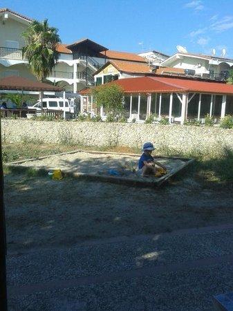 Hanioti Grand Victoria: Детская площадка. Вид на отель и место, где завтракали и ужинали