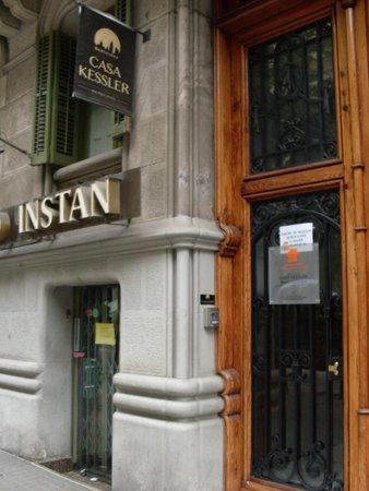Casa Kessler Barcelona: Вывеска хостела - так его можно узнать