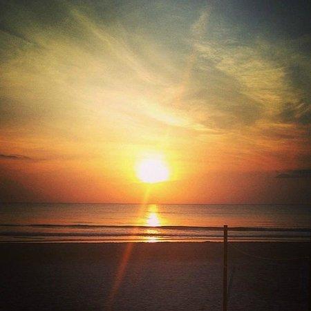 Makai Beach Lodge: Beautiful sunrise over Ormond Beach