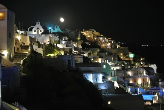 Santorini Secret Suites & Spa: Night view from our Patio