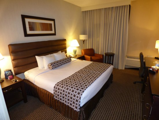 Crowne Plaza Columbus North-Worthington: Bed and Sitting Chair