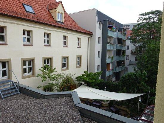 Mercure Hotel Erfurt Altstadt: Blick vom Fenster in den Biergarten, lange Schlafen bzw frueh ins Bett gehen nicht moeglich