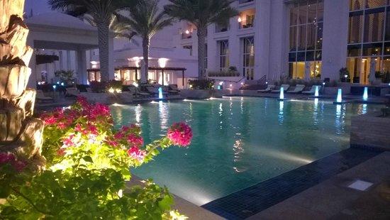 Anantara Eastern Mangroves Hotel & Spa: piscina di sera