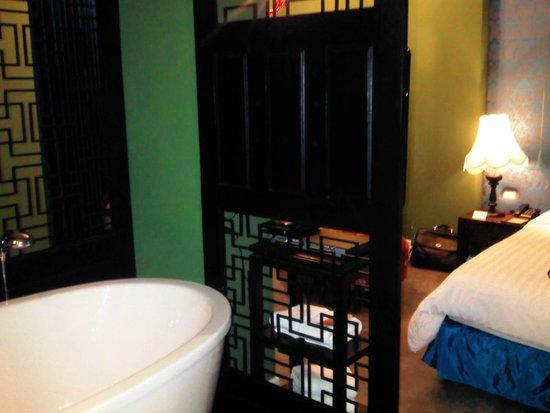 Shanghai Mansion Bangkok: Our 1st room