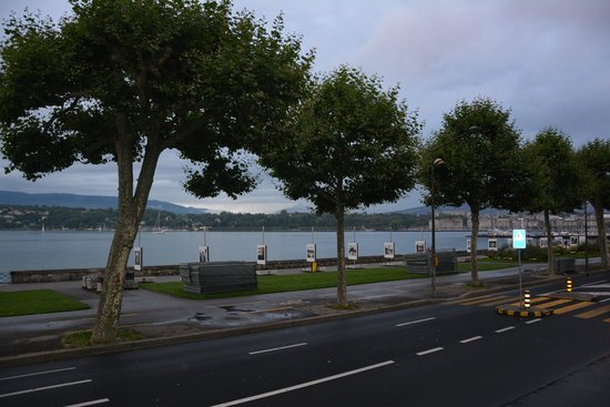 Drake Longchamp : Walking distance from the hotel to the lake