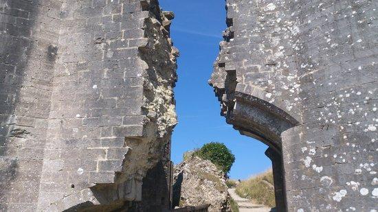 Corfe Castle: Castle ruins
