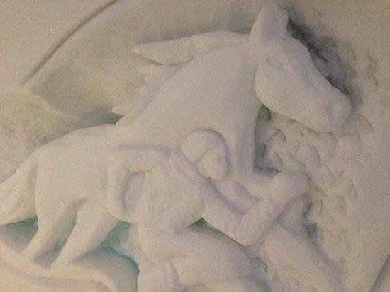 Hotel de Glace: ice carving