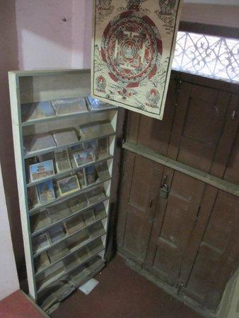 Nepa Guest House: Стелаж с сувенирами