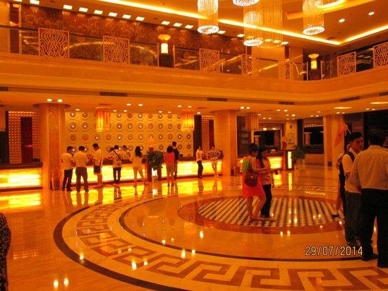 Emperor Hotel: Ruang lobby sangat lega.  Layanan cepat.