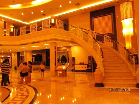 Emperor Hotel: Tangga menuju ke lantai dua dari marmer.