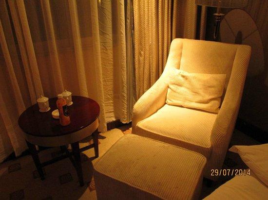 Emperor Hotel: Sofa empuk untuk menikmati siaran TV.
