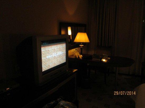 Emperor Hotel: TV masih tipe lama.