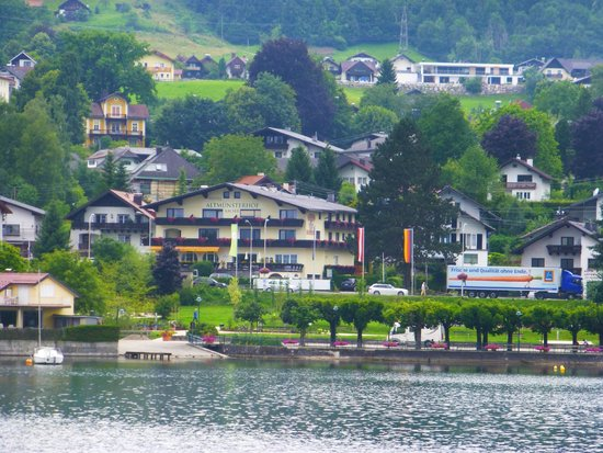Altmuensterhof: Hotel from the lake