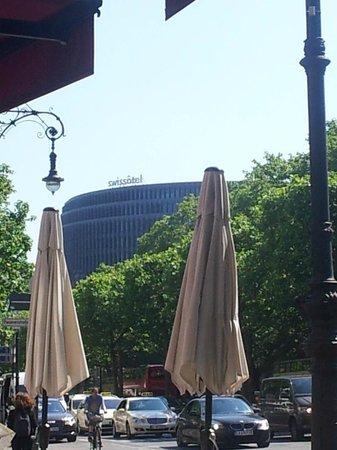 Swissotel Berlin : Vom Kurfürstendamm - Blick zum Hotel