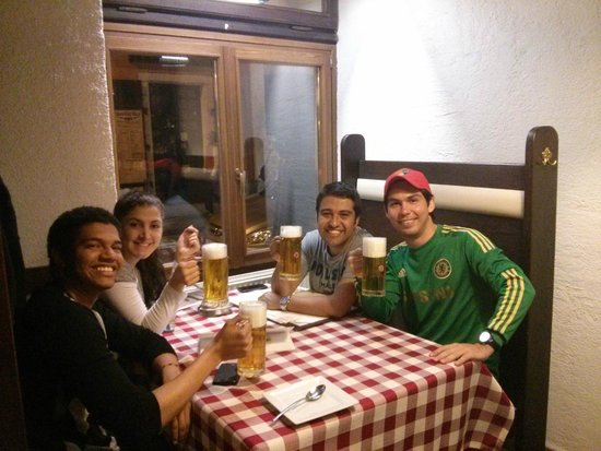 Bohemtanya Etterem: Thiaggo (Rep Dominicana), Lourdes (Ecuador), Henry (Colombia) y yo