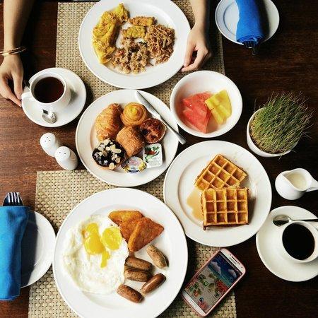 The Kuta Beach Heritage Hotel Bali - Managed by Accor : Breakfast at Waves Restaurant, 4th floor