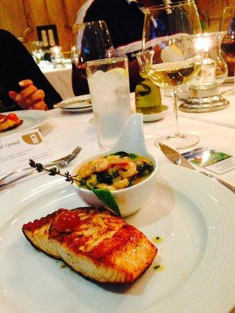 Restaurant Aquarium: Salmón grillado, compota de espinacas, machas y camarones