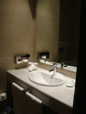 Amalia Hotel: Vista de la mesada del baño