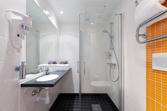 Connect Hotel Arlanda: Bathroom with shower