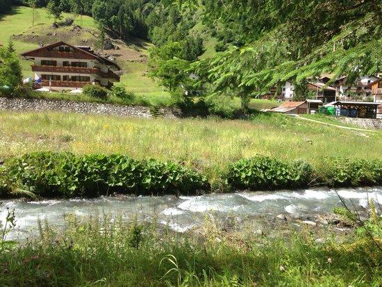 Hotel Marianna: L albergo visto dalla parte opposto del fiume sul sentiero per passeggiate ( il fiume è rilassan