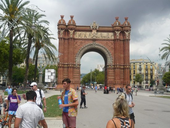 Fat Tire Bike Tours Barcelona: Arc de Triomf with Ben and the Fat Tire group