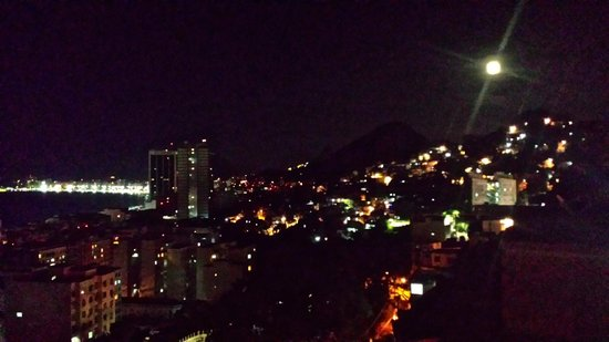 Abraco Carioca- Favela hostel: Night time view from the balcony